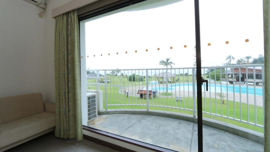 <デラックスツイン>窓からはプールや海を一望できます