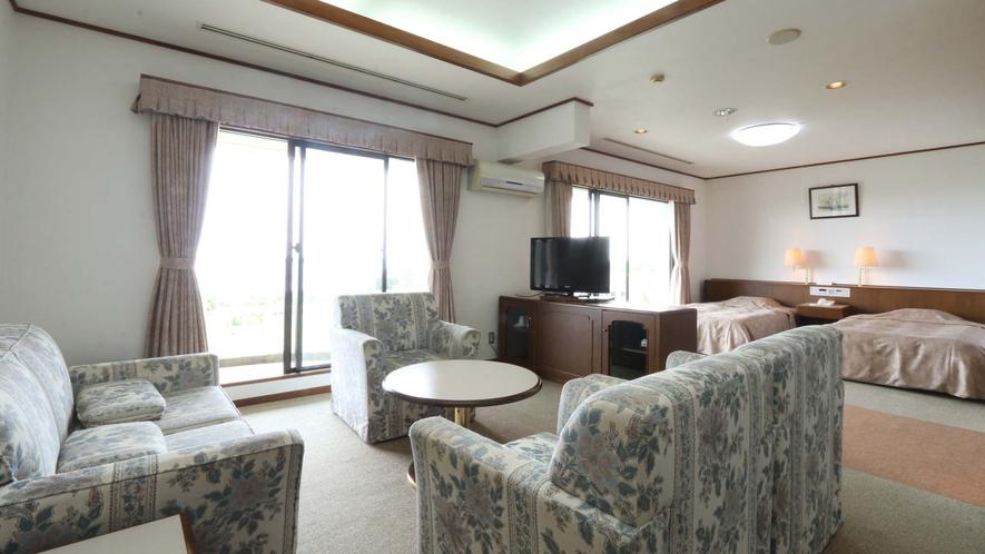 <和洋室>ベッドは2台 お部屋の広さは80m²です