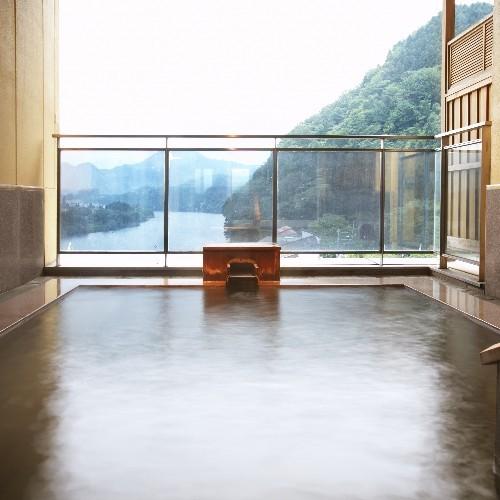 眺めの良い露天風呂には天然の温泉がかけ流しで使われています
