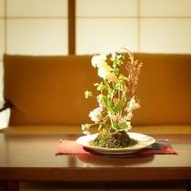 至るところに飾られた季節の花