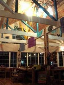 天井は吹き抜けになっており、開放的な空間になっています。