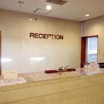 ホテルフロントは入って左へ★笑顔でお迎え致します♪