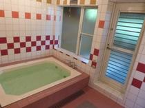 バブロバス。扉を開けると露天風呂です。浴槽の大きさは146×115cm。足を延ばして入浴できます♪