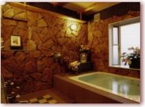 洋風岩風呂。浴槽の大きさは146×115cm。足を延ばして入浴できます♪ 麦飯石温泉
