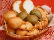 朝食の焼き立てパン