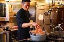千葉県から直接仕入れた、こだわりの鰹節で出汁をとる