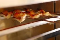 厨房で一つ一つ丁寧に焼き上げます。