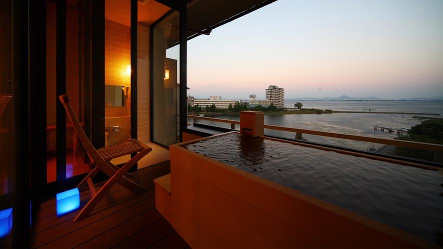 夕暮れの風雅の露天風呂