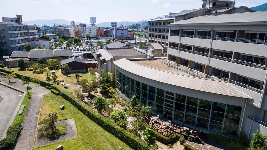 庭園とテラスの見える外観