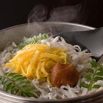 名物白浜館のしらす釜飯 ※料理一例