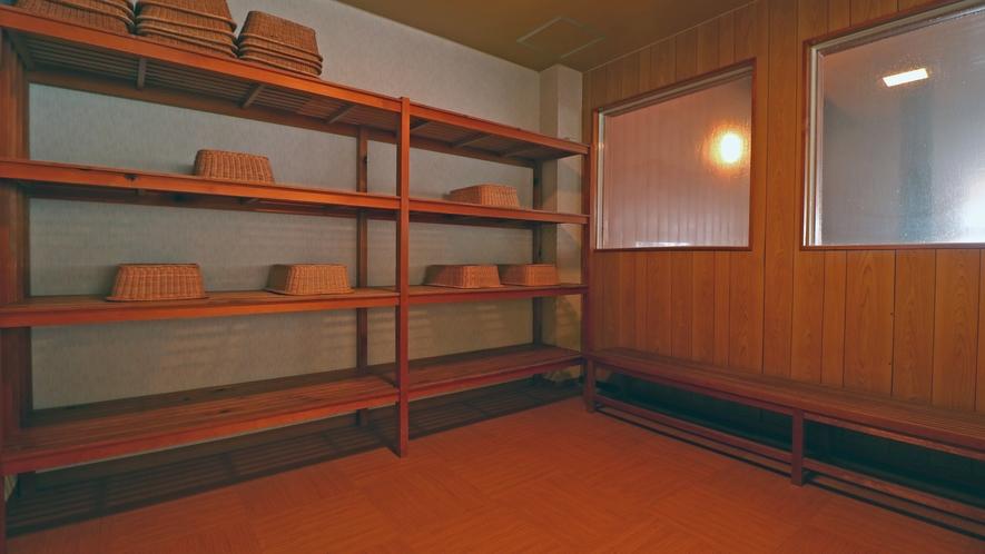 【男湯 脱衣所】かごをご用意しています。貴重品はお部屋の金庫へ。 (2)