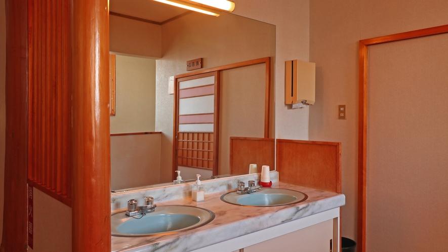 【本館館内】共用の洗面はお部屋のすぐそばにございます