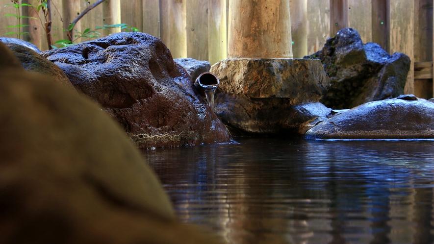 アルカリ性単純温泉で、ほんのりと硫黄の香りがする無色透明の露天風呂