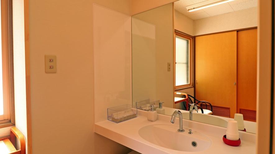 【新館館内】共有の洗面。清潔を心がけてお客様をお迎えしています
