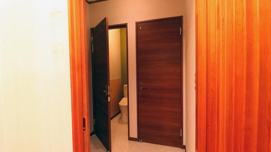 【本館館内】共用のトイレは個室区切り、ウォシュレット付きです。