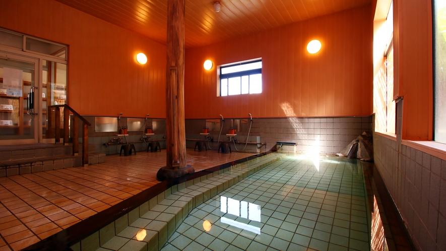アルカリ性単純温泉で、ほんのりと硫黄の香りがする無色透明の温泉
