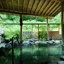 *露天風呂(男湯)/屋根付だから雨でも楽しめます