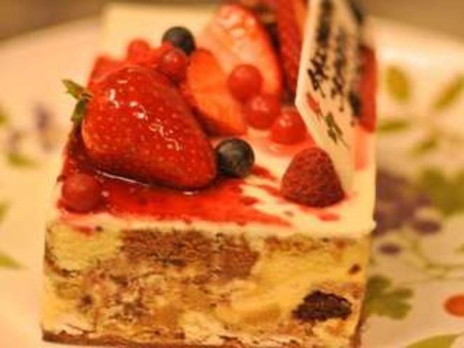 ある日の記念日ケーキ。なんと婚約ケーキになりました。(伊豆高原で評判のケーキ屋さんから仕入れます。)