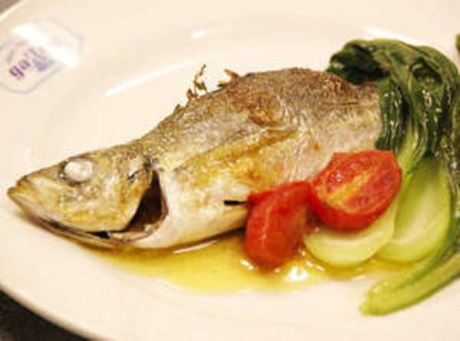 ハーブをたくさん使った魚料理