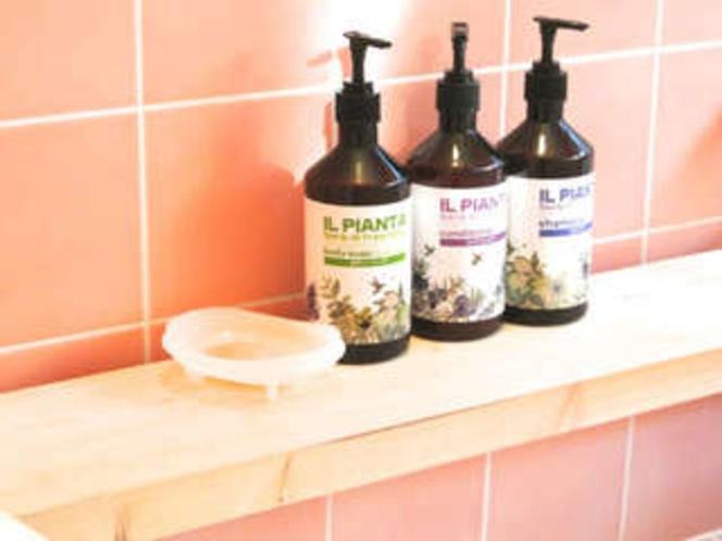 【貸切風呂1】シャンプー・リンス・ボディソープ・石鹸が設置されてます。