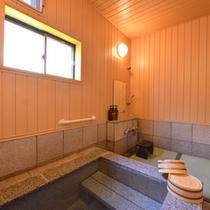 """*貸切風呂""""石鏡""""/ほんのり薫る硫黄の香りも天然温泉だからこそ。草津温泉の泉質を存分にご堪能下さい。"""