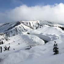 *冬は雪見露天が美しく、雪の華がひらひらと舞います。時には雪の回廊となってお客様をお迎えします