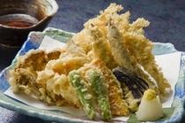 料理の一例(名物ワカサギの天ぷら)