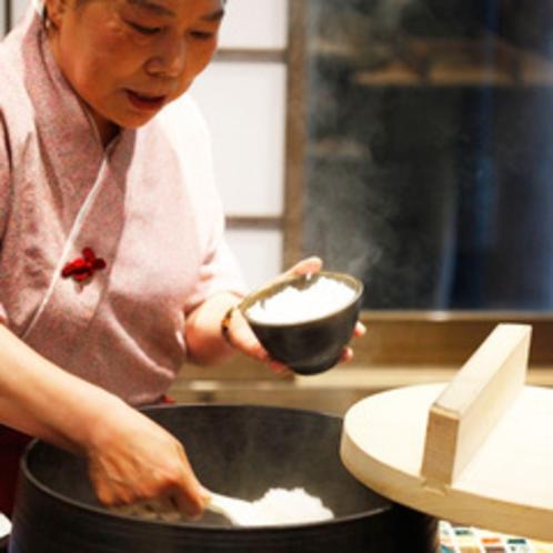 【大人気!羽釜で炊く朝ごはん】