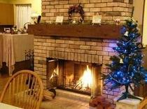 レストラン 冬は暖炉に火が灯ります