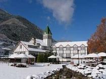 冬 一面雪化粧のホテル外観