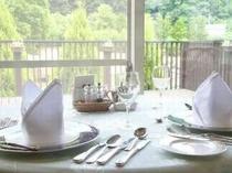 自然を眺めながら明るいレストランでお食事を