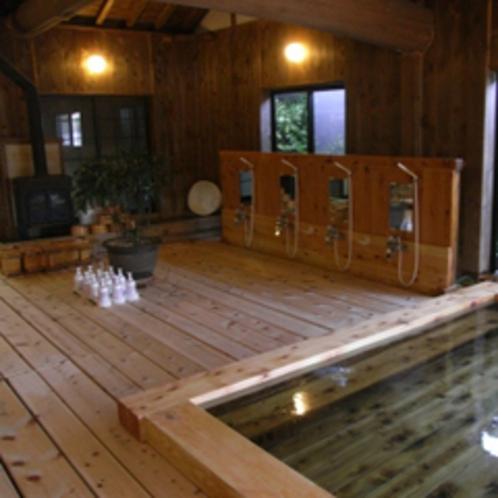 総ヒノキ造りの大浴場(洗い場側)