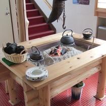 *【囲炉裏】柔らかな炭火を囲んでお客様同士の語らいもおすすめ。