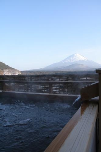 露天からの精進湖と富士