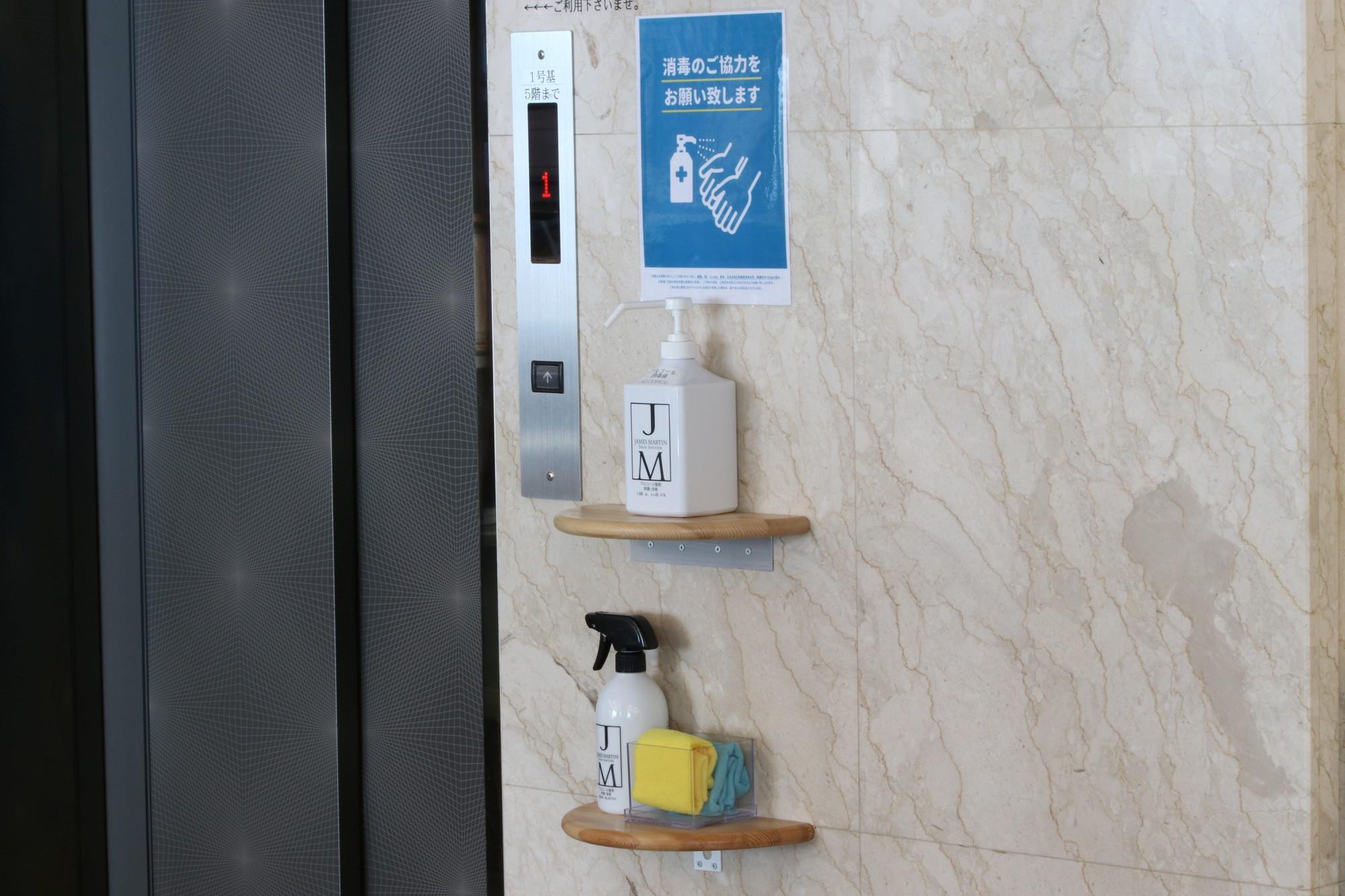 各階エレベーター前や、お食事会場前にアルコール消毒液を設置しております。