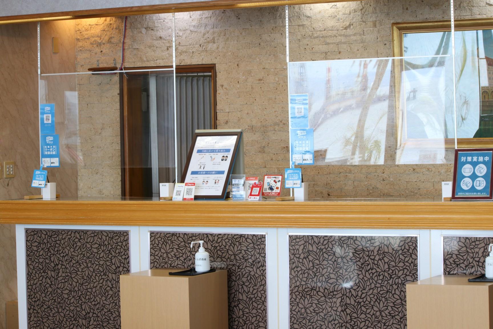 フロントには飛沫感染防止のためのアクリル板を設置しております。