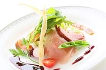 まろやかなサーモンのマリネと季節の魚のカルパッチョ、新鮮野菜の盛り合わせ。