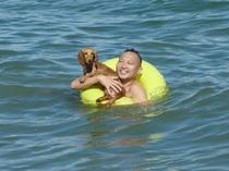 お父さんと一緒に初泳ぎ♪