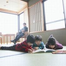 【お部屋でゆったり】小さな図書館で本を借りてお姉ちゃんが読み聞かせ