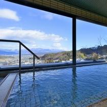 【展望風呂】周囲の山々や塩田平を一望でき、夜にはきらめく星空と夜景をお楽しみいただけます。