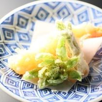 ■春の天ぷら一例。ふきのとう、タラの芽など旬の山菜を揚げたてで。