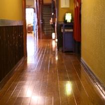 ◆桔梗館の廊下。しっかりと磨きこんでおります。