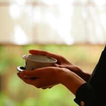 ◇お茶を包みこむ手