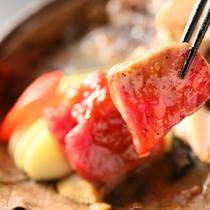 ■【基本】信州プレミアム牛のりんご味噌朴葉焼き。お肉の旨みとりんご味噌の甘味が口の中で広がります。