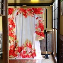 ◆婚礼用の打掛。当館廊下に展示しております。
