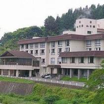 【外観】名湯「中山平温泉」に佇む当館