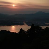 亀山山頂からの夕日。気仙沼湾がたそがれ色に染まります♪