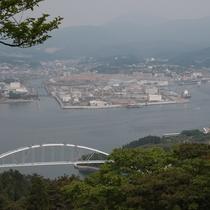 亀山山頂からの眺め(西)大島大橋と気仙沼市内の復興風景がご覧になれます