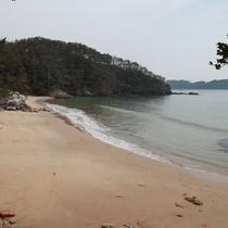 踏むとキュッキュ♪鳴き砂で有名な十八鳴浜まで徒歩20分