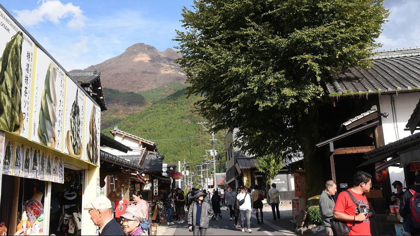 ・お食事処やカフェ、雑貨店などが70軒以上立ち並ぶ湯の坪街道